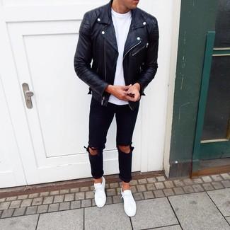 Как и с чем носить: черная кожаная косуха, белая футболка с круглым вырезом, черные рваные джинсы, белые низкие кеды