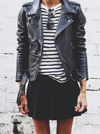 Как и с чем носить: черная кожаная косуха, бело-черная футболка с длинным рукавом в горизонтальную полоску, черная короткая юбка-солнце, черные солнцезащитные очки
