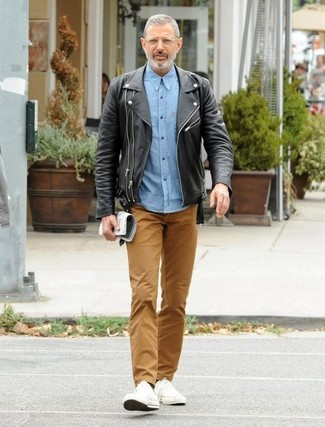 Как и с чем носить: черная кожаная косуха, голубая рубашка с длинным рукавом из шамбре, коричневые брюки чинос, белые низкие кеды из плотной ткани