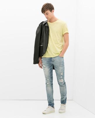 Как и с чем носить: черная кожаная косуха, желтая футболка с круглым вырезом, голубые рваные джинсы, белые кожаные низкие кеды