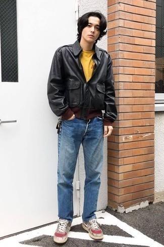 Модные мужские луки 2020 фото: Сочетание черной кожаной косухи и синих джинсов не прекращает нравиться джентльменам, которые любят одеваться модно. Серые кожаные низкие кеды удачно дополнят этот ансамбль.