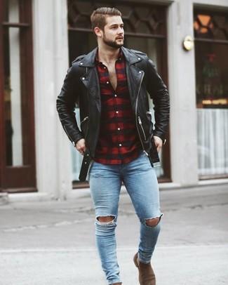 Как и с чем носить: черная кожаная косуха, красно-черная рубашка с длинным рукавом в мелкую клетку, голубые рваные зауженные джинсы, коричневые замшевые ботинки челси