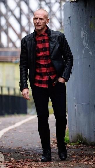 Как и с чем носить: черная кожаная косуха, красно-черная рубашка с длинным рукавом в клетку, черные зауженные джинсы, черные кожаные низкие кеды
