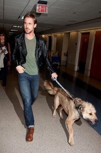 Как Ryan Gosling носит Черная кожаная косуха, Оливковая футболка с круглым вырезом, Темно-синие джинсы, Коричневые кожаные рабочие ботинки