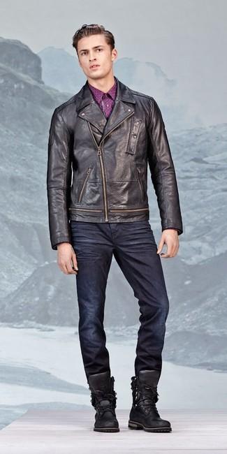 Как и с чем носить: черная кожаная косуха, пурпурная рубашка с длинным рукавом с принтом, темно-синие джинсы, черные кожаные рабочие ботинки
