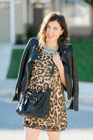 Как и с чем носить: черная кожаная косуха, светло-коричневое платье прямого кроя с леопардовым принтом, черная кожаная сумка через плечо, прозрачное колье