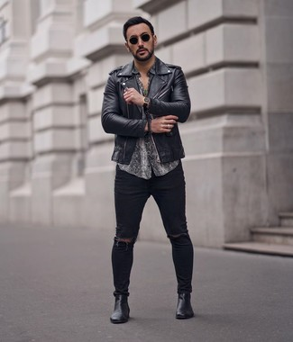 Как и с чем носить: черная кожаная косуха, серая рубашка с коротким рукавом со змеиным рисунком, черные рваные зауженные джинсы, черные кожаные ботинки челси