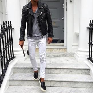 Как и с чем носить: черная кожаная косуха, серая футболка с круглым вырезом, белые брюки чинос, черные кожаные слипоны