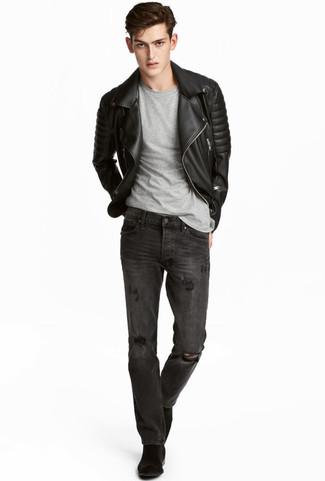 Как и с чем носить: черная кожаная стеганая косуха, серая футболка с круглым вырезом, темно-серые рваные джинсы, черные замшевые ботинки челси