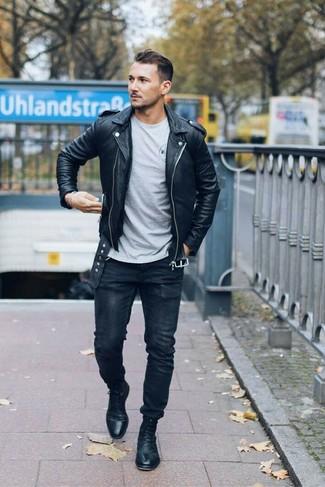 Как и с чем носить: черная кожаная косуха, серая футболка с круглым вырезом, черные зауженные джинсы, черные кожаные классические ботинки