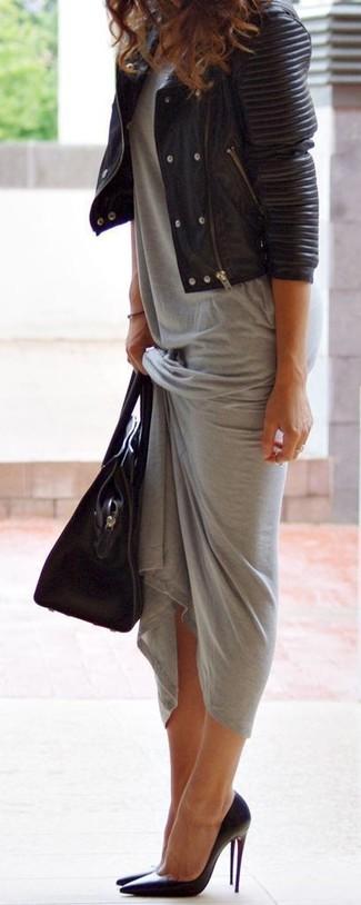 Как и с чем носить: черная кожаная стеганая косуха, серое платье-макси, черные кожаные туфли, черная кожаная большая сумка