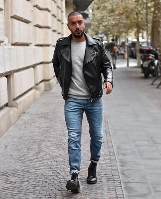 Как и с чем носить: черная кожаная косуха, серый свитер с круглым вырезом, голубые джинсы, черные кожаные повседневные ботинки