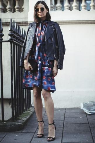 Как и с чем носить: черная кожаная косуха, синее свободное платье с цветочным принтом, черные кожаные босоножки на каблуке, черный кожаный клатч