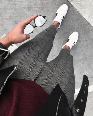 Как и с чем носить: черная кожаная косуха, темно-красный свитер с круглым вырезом, серые классические брюки в шотландскую клетку, белые кожаные низкие кеды