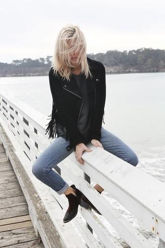 Как и с чем носить: черная замшевая косуха c бахромой, темно-серая футболка с круглым вырезом, синие джинсы скинни, черные замшевые ботильоны