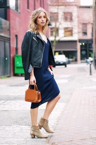 Как и с чем носить: черная кожаная косуха, темно-синее платье-комбинация, бежевые замшевые ботильоны, табачный кожаный клатч
