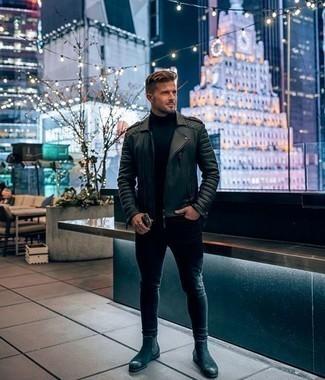 Черные зауженные джинсы: с чем носить и как сочетать мужчине: Черная кожаная косуха и черные зауженные джинсы — хороший ансамбль для веселого выходного дня. Хотел бы сделать ансамбль немного элегантнее? Тогда в качестве обуви к этому луку, выбери черные замшевые ботинки челси.