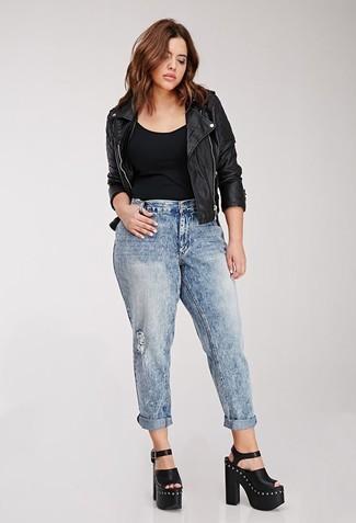 Черная майка: с чем носить и как сочетать женщине: Черная майка и голубые рваные джинсы-бойфренды — выбор леди, которые всегда в движении. Переходя к, можно закончить ансамбль черными кожаными массивными босоножками на каблуке.