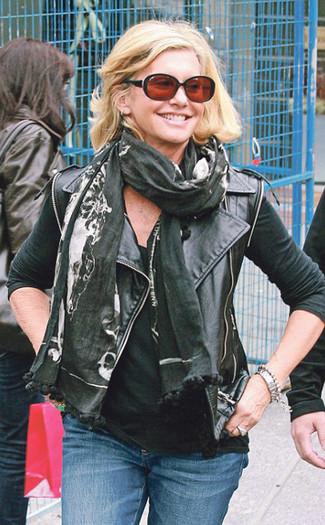 Как и с чем носить: черная кожаная косуха, черная майка, синие джинсы, черный шарф с принтом
