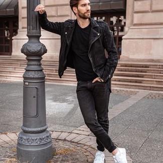 С чем носить черную футболку с круглым вырезом мужчине: Черная футболка с круглым вырезом и черные джинсы надежно закрепились в гардеробе современных мужчин, помогая составлять неприевшиеся и функциональные образы. Белые низкие кеды из плотной ткани станут превосходным завершением твоего лука.