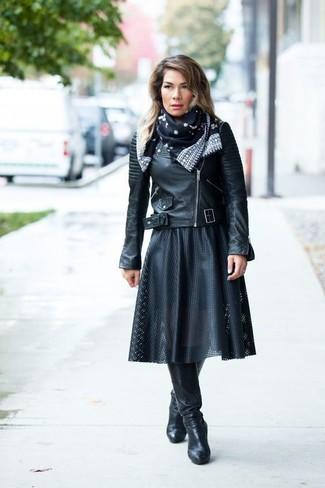 Как и с чем носить: черная кожаная косуха, черная кожаная юбка-миди со складками, черные кожаные сапоги, черно-белый шелковый шарф с принтом