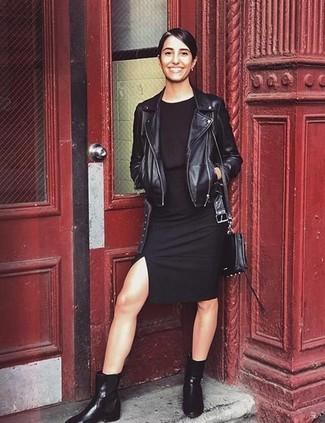 Как и с чем носить: черная кожаная косуха, черное облегающее платье, черные кожаные ботинки челси, черная кожаная сумка через плечо