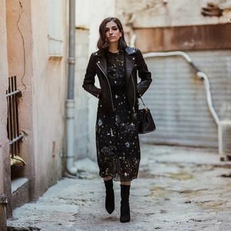 Как и с чем носить: черная кожаная косуха, черное платье-миди со звездами, черные ботильоны на резинке, черная кожаная большая сумка