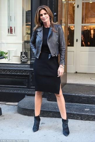 Как и с чем носить: черная кожаная косуха, черное платье-свитер, черные бархатные ботильоны, черный кожаный пояс