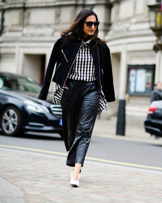 Черные кожаные широкие брюки: с чем носить и как сочетать: Черная шерстяная косуха и черные кожаные широкие брюки — неотъемлемые предметы в гардеробе поклонниц расслабленного стиля. Что касается обуви, можно завершить образ белыми кожаными туфлями.