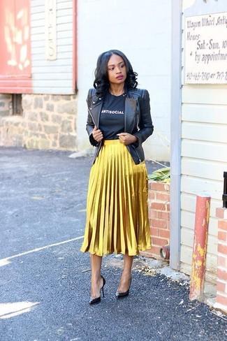Как и с чем носить: черная кожаная косуха, черно-белая футболка с круглым вырезом с принтом, золотая юбка-миди со складками, черные кожаные туфли