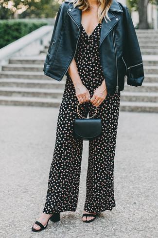 Как и с чем носить: черная кожаная косуха, черный комбинезон с цветочным принтом, черные замшевые босоножки на каблуке, черный кожаный клатч