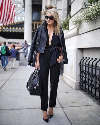 Как и с чем носить: черная кожаная косуха, черный комбинезон, черные кожаные туфли, черная кожаная большая сумка