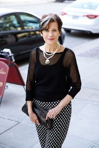 Как и с чем носить: черная кофта с коротким рукавом, черно-белые брюки-галифе в горошек, черный кожаный клатч, белое колье из бисера