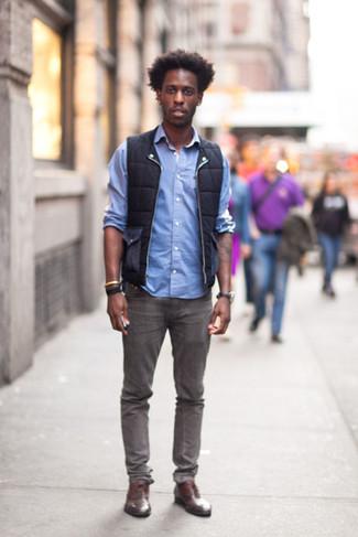 Как и с чем носить: черная куртка без рукавов, голубая рубашка с длинным рукавом, серые джинсы, коричневые кожаные оксфорды