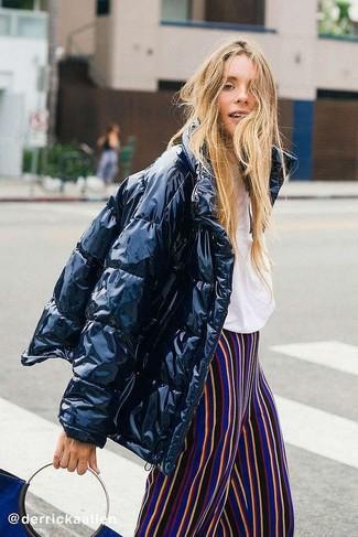 Как и с чем носить: черная куртка-пуховик, белая футболка с круглым вырезом, разноцветные широкие брюки в вертикальную полоску, темно-синяя замшевая большая сумка