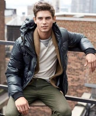 Как и с чем носить: черная куртка-пуховик, коричневый кардиган с отложным воротником, белый свитшот, оливковые брюки чинос