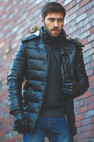 Как и с чем носить: черная куртка-пуховик, черная водолазка, синие джинсы, черные кожаные перчатки