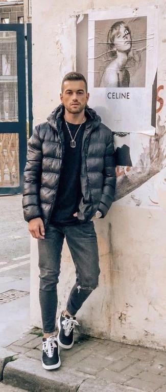 Как и с чем носить: черная куртка-пуховик, черная футболка с круглым вырезом, темно-серые рваные джинсы, черно-белые высокие кеды