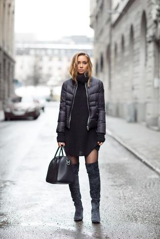 Как и с чем носить: черная куртка-пуховик, черное вязаное платье-свитер, темно-серые замшевые ботфорты, черная кожаная большая сумка