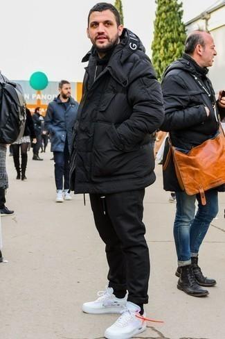 Модные мужские луки 2020 фото: Если ты приписываешь себя к той редкой группе джентльменов, способных разбираться в модных тенденциях, тебе понравится дуэт черной куртки-пуховика и черных брюк чинос. Такой образ легко приспособить к повседневным нуждам, если закончить его белыми кроссовками.