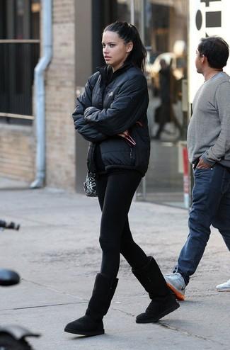 Как и с чем носить: черная куртка-пуховик, черные леггинсы, черные угги