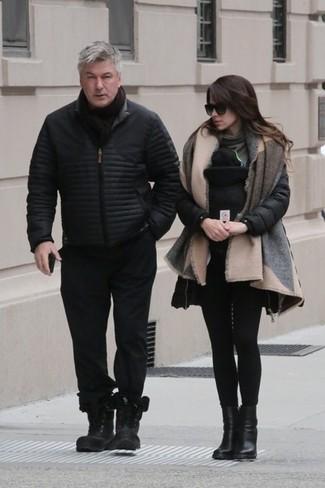 Как и с чем носить: черная куртка-пуховик, черные спортивные штаны, черные кожаные повседневные ботинки, черный шарф