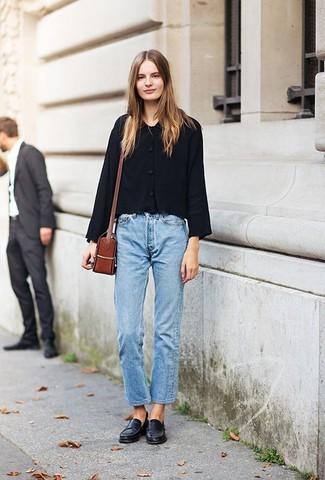 Как и с чем носить: черная куртка-рубашка, голубые джинсы-бойфренды, черные кожаные лоферы, табачная кожаная сумка через плечо