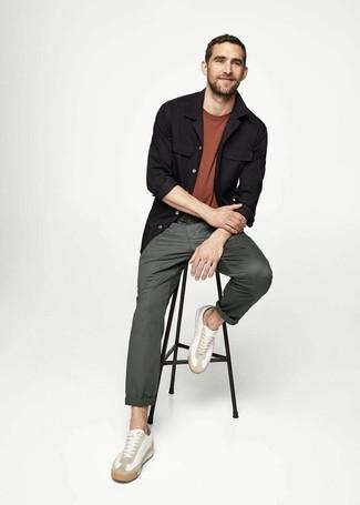 Как и с чем носить: черная куртка-рубашка, коричневая футболка с круглым вырезом, темно-зеленые брюки чинос, белые кожаные низкие кеды