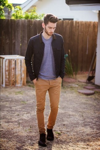 Темно-красные кожаные ботинки дезерты: с чем носить и как сочетать: Черная куртка-рубашка в паре со светло-коричневыми брюками чинос поможет создать модный, и в то же время мужественный лук. Очень модно здесь смотрятся темно-красные кожаные ботинки дезерты.