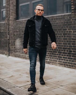 Модный лук: черная вельветовая куртка-рубашка, темно-серая водолазка, темно-синие зауженные джинсы, черные замшевые повседневные ботинки