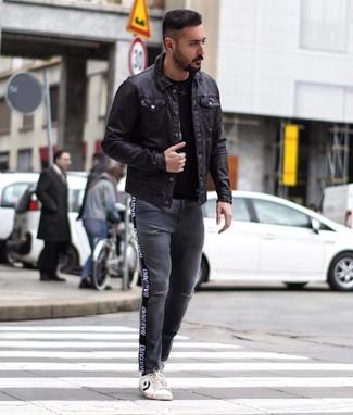 Темно-серые рваные джинсы: с чем носить и как сочетать мужчине: Черная кожаная куртка-рубашка и темно-серые рваные джинсы прочно обосновались в гардеробе современных парней, помогая составлять запоминающиеся и комфортные ансамбли. Что же до обуви, закончи образ бело-черными кожаными низкими кедами.