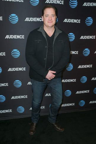 Как и с чем носить: черная куртка-рубашка, черная футболка с v-образным вырезом, темно-синие джинсы, темно-коричневые кожаные ботинки челси