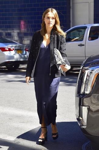 Как Jessica Alba носит Черная куртка с украшением, Темно-синее платье-макси с разрезом, Черные замшевые босоножки на каблуке