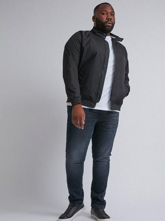 Как и с чем носить: черная куртка харрингтон, белая футболка с круглым вырезом, темно-синие джинсы, черные кожаные низкие кеды